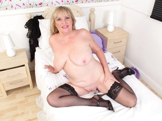 British gilf Alisha Rydes pleases her plump fanny